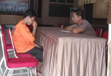 TES KEJIWAAN. Taufik menangis di depan Kompol Teguh Purwo Nugroho saat menjalani pemeriksan kejiwaan di Polresta Pontianak, Selasa (7/8)—Bangun Subekti