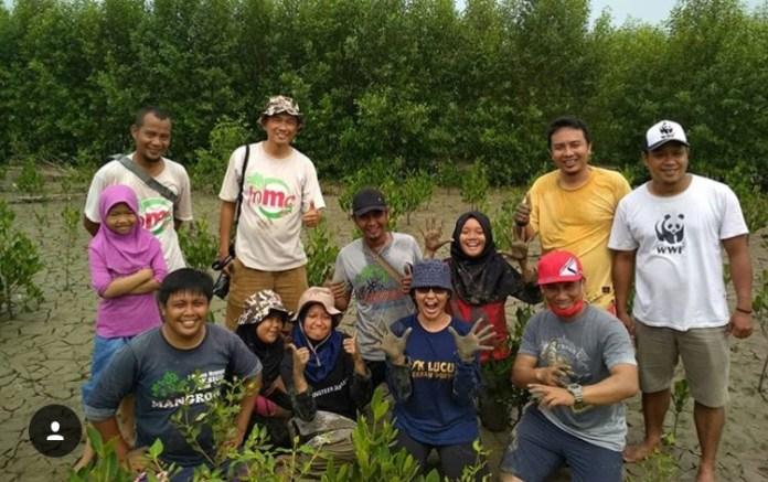 TANAM MANGROVE. Sejumlah mahasiswa dari luar negeri dan Indonesia yang mengikuti kegiatan JSP (Join Summer Program/Summer Camp) di Kabupaten Mempawah, Minggu (26/8), ikut berpartisipasi menanam mangrove di MMP Desa Pasir, Kecamatan Mempawah Hilir. Ari Sandy-RK
