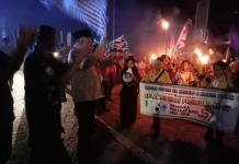 PELEPASAN. Sekda Melawi, Ivo Titus Mulyono melepas pawai obor di kawasan Tugu Juang Nanga Pinoh, Sabtu malam (1/9). Dedi Irawan-RK