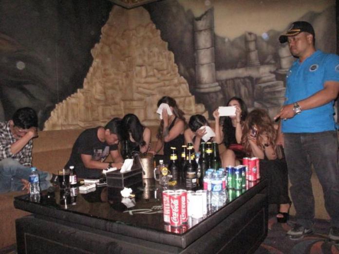 RAZIA. BNN Kota Pontianak merazia sejumlah pengunjung dan LC di karaoke Rain, Senin (31/12) malam. Abdul Halikurrahman-RK