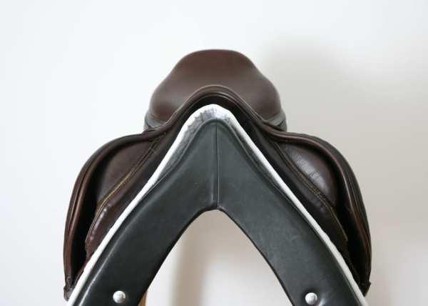 Pommel on Prestige X-Perience D 17 33 Jump Saddle SN: 01880716