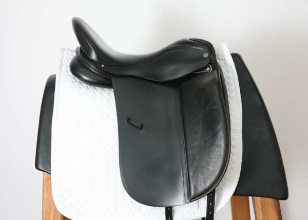 Right Side of Albion Platinum Dressage Saddle 17W SN: 84322
