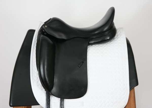 Left Side of Amerigo Cortina Dressage Saddle 17.5MW SN: 1644127