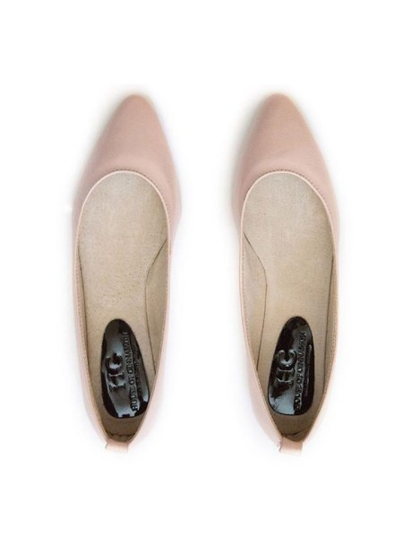 Pink pointed pumps