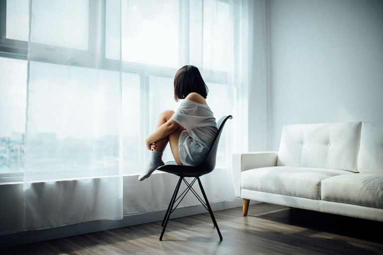 Vrouw Bang Angst Verstoppen Geruststelling Liefde Eenzaam Alleen Leeg