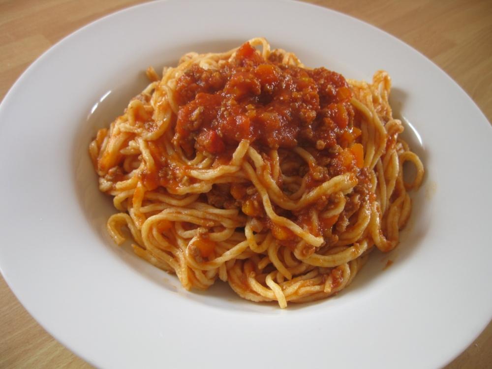 Vermicelli con sugo e carne piccante