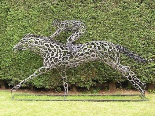 Racehorse sculpture by Tom Hill