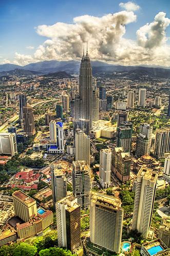 Sebahagian pemandangan cantik KL. Kelihatan bangunan Menara Berkembar Petronas berdiri megah di kelilingi bangunan canggih yg lain. Gambar dipetik dari http://www.flickr.com/photos/95572727@N00/281088455