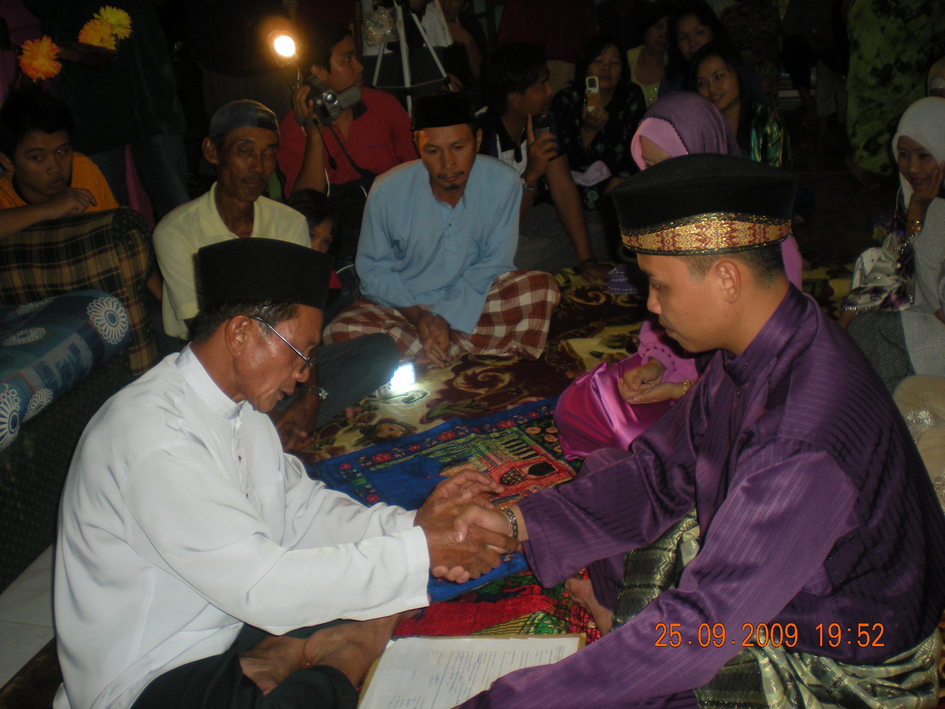 Saat penuh debaran lagi mendebarkan. Muhd Shahfyezan menggenggam erat tangan Tuan Imam untuk menerima amanah besar sebagai suami. Inilah suasana akad nikah yang bersejarah itu
