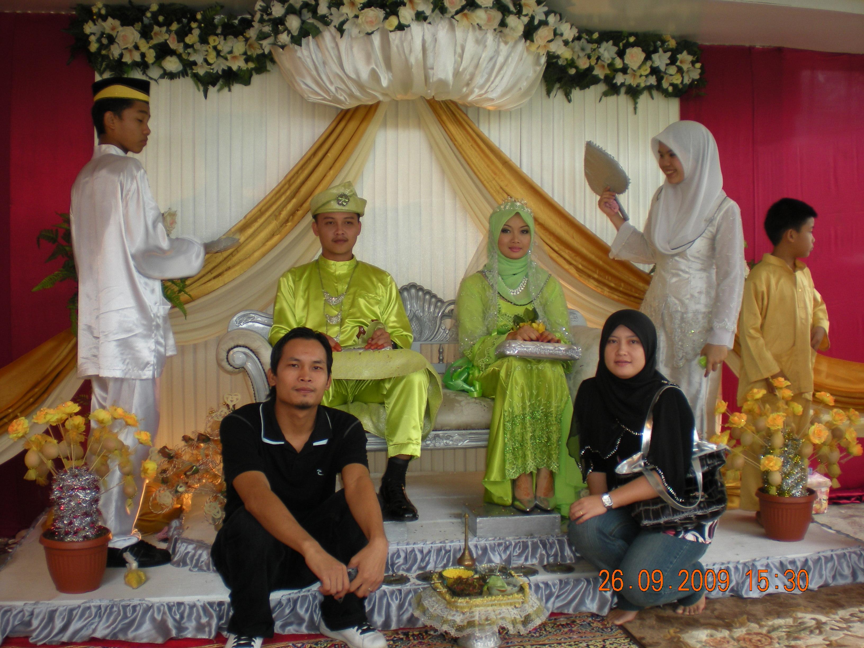 Keluarga ERAKITA Uyie & Rina duduk di bawah juga Insyaa Allah bakal melangsungkan perkahwinan pada Disember 2009 ini.