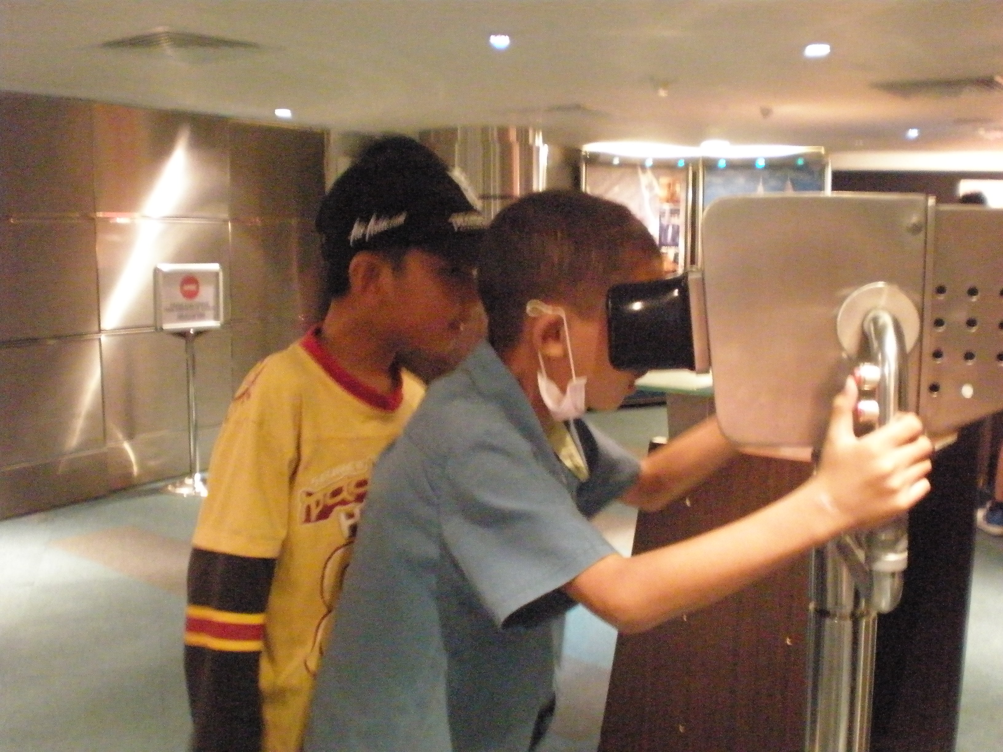 Ahmad Adib Ahadin, berusia 9 tahun, pelajar Tahun 3 SK Kipaku Tambunan dan SUIS Tambunan, Sabah begitu serius menggunakan alat canggih di Menara KLCC untuk melihat keindahan sekeliling KLCC. Pendidikan efektif hari ini bukan setakat melihat, mereka juga perlu menyentuh dan merasa