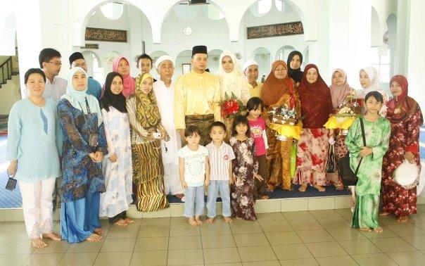 Pengantin bersama ahli keluarga terdekat pihak perempuan. Kelihatan Tuan Hj Adenan & Isteri, Hj Assnah bersama-sama anggota keluarga yang hadir. Eja & Mael, kami merestui dan meredhai perkahwinan anda berdua... (Keluarga)