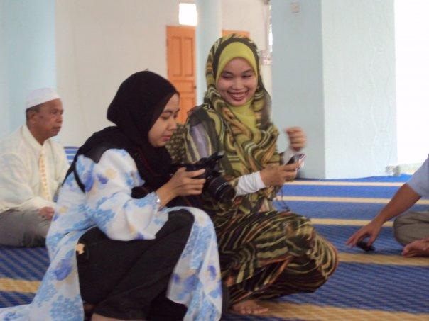 Nurjannah Adenan (Adek) dari kiri & UMU (kakak Eja) bertindak sebagai photographer sepanjang majlis pernikahan