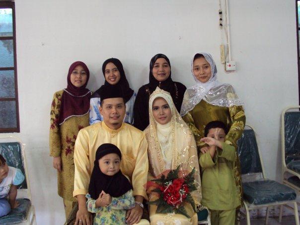 Pengantin bersama ahli keluarga