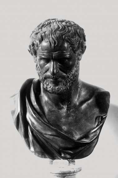 """Ο Δημόκριτος (~460 π.Χ.- 370 π.Χ.) ήταν προσωκρατικός φιλόσοφος, ο οποίος γεννήθηκε στα Άβδηρα της Θράκης. Ήταν μαθητής του Λεύκιππου. Πίστευε ότι η ύλη αποτελούνταν από αδιάσπαστα, αόρατα στοιχεία, τα άτομα. Επίσης ήταν ο πρώτος που αντιλήφθηκε ότι ο Γαλαξίας είναι το φως από μακρινά αστέρια. Ήταν ανάμεσα στους πρώτους που ανέφεραν ότι το σύμπαν έχει και άλλους """"κόσμους"""" και μάλιστα ορισμένους κατοικημένους. Ο Δημόκριτος ξεκαθάριζε ότι το κενό δεν ταυτίζεται με το τίποτα (""""μη ον""""), είναι δηλαδή κάτι το υπαρκτό."""