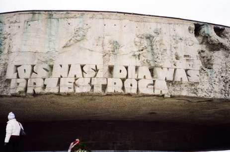 Στο πλάι του θόλου αναγράφεται η φράση «Η μοίρα μας ας είναι προειδοποίηση για εσάς» – Majdanek, Poland