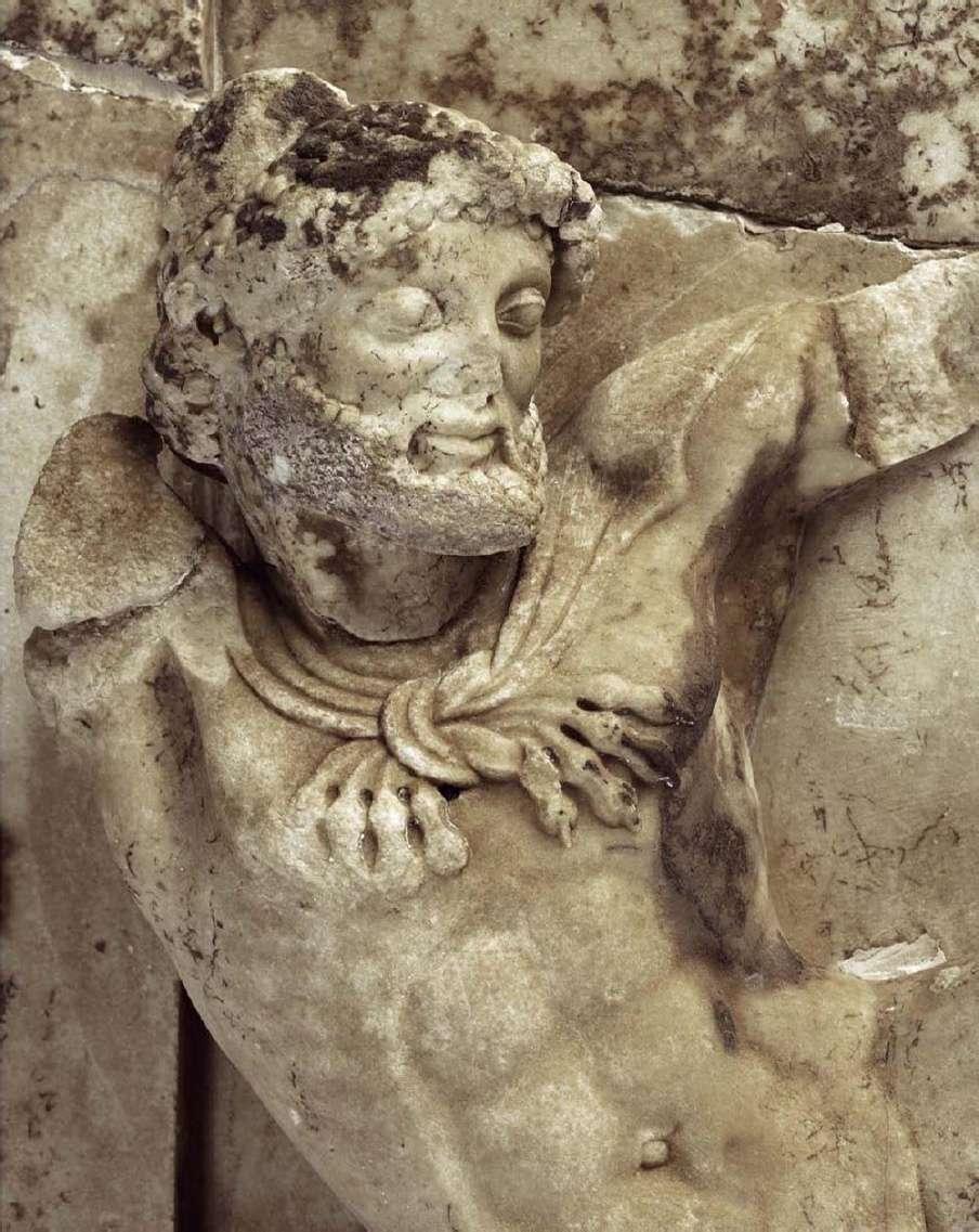 Θησαυρός των Αθηναίων (μεταξύ 510 και 480 π.Χ.). Λεπτομέρεια από την μετόπη· ο Ηρακλής Αρχαιολογικό Μουσείο Ολυμπίας. Treasure of the Athenians. Detail of the metope; Hercules. Archaeological Museum of Olympia.
