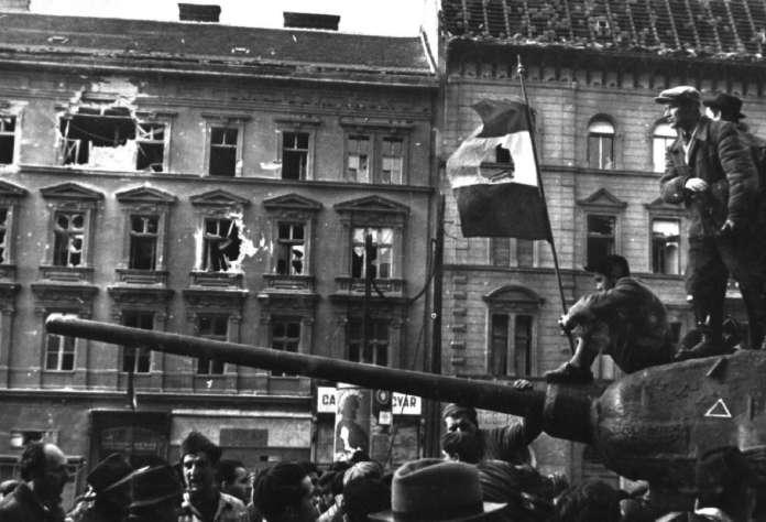 Η εξέγερση στην Ουγγαρία (1956). Οι πολίτες έχουν καταλάβει τα τεθωρακισμένα. Από τις σημαίες της Ουγγαρίας έχουν αφαιρεθεί τα σύμβολα του κομμουνισμού.