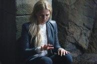 Emma mirándose las uñas