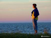 Laura (silhouet) bij de Waddenzee