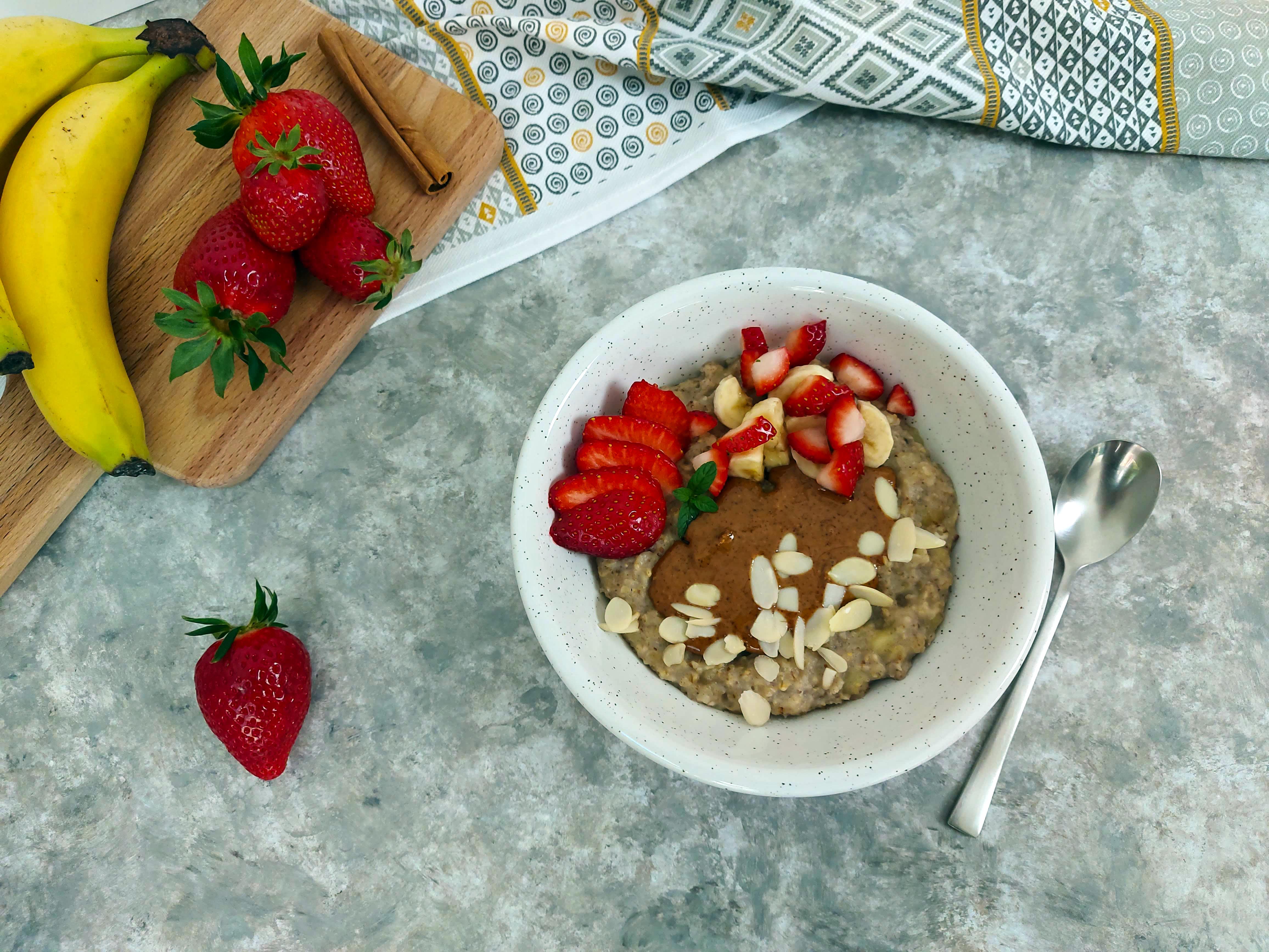 porridge cu fructe si unt de arahide