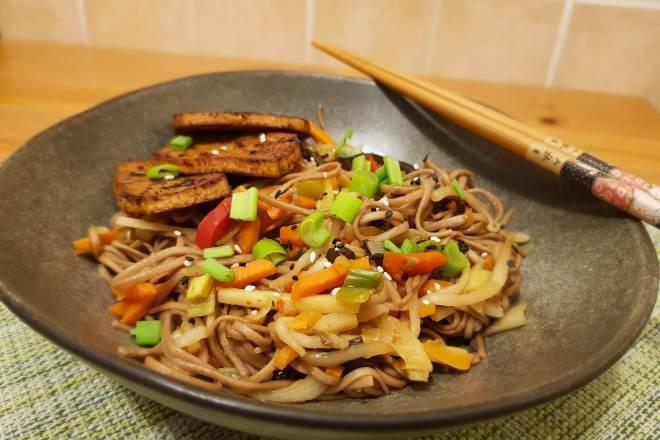 noodles cu legume in stil asiatic