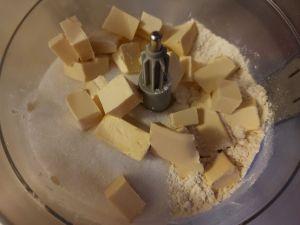 ingrediente aluat tarta vegana in robot de bucatarie