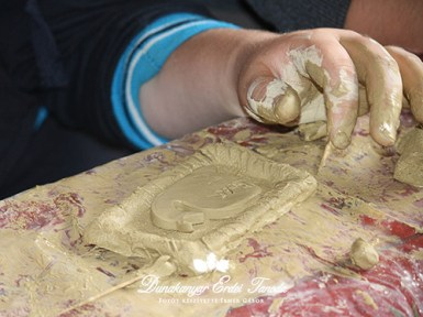 Kézműves foglalkozás Agyagozás agyagkép Erdei iskola
