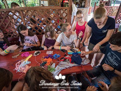 Kézműves foglalkozás A karkötőcsomózás Erdei iskola