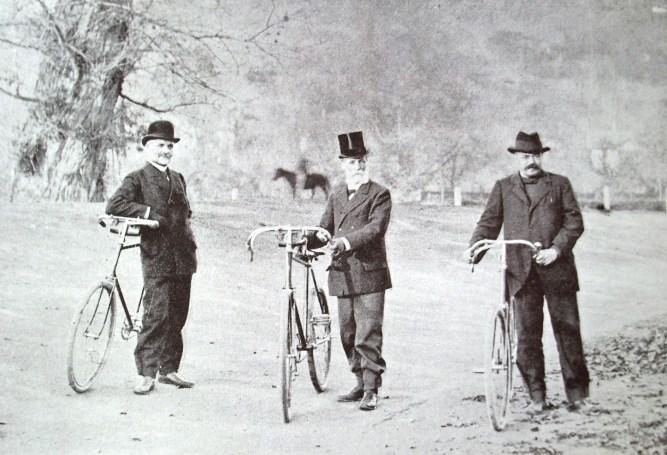 Középen Haller (Kép - Emlékkönyv Dr. Haller Károly működéséről. Kvár. 1906)