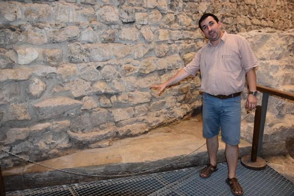 Mihálka Nándi a középkori nagyváradi székesegyház egykori bejáratánál