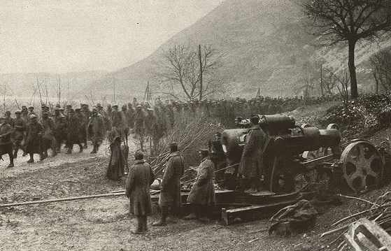 Austrian_30.5_cm_artillery_and_Rumanian_prisoners