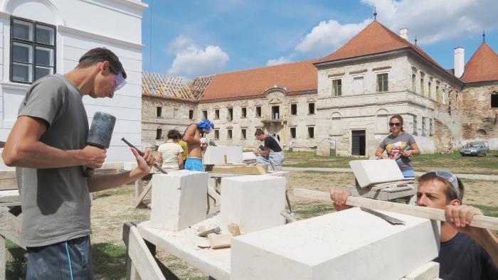 1. A szaktábor keretén belül folytatott restaurálási munkálatok. Forrás Transylvania Trust, Heritage Training