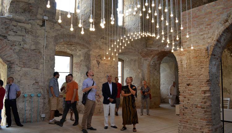 5. Beltéri fényinstalációk a Bánffy-kastély főépületében. Forrás Főtér
