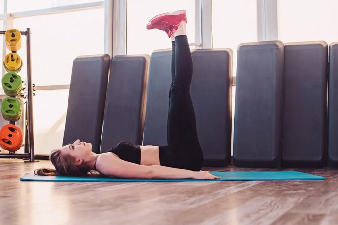 La elevación de piernas es efectiva para trabajar los abdominales inferiores.