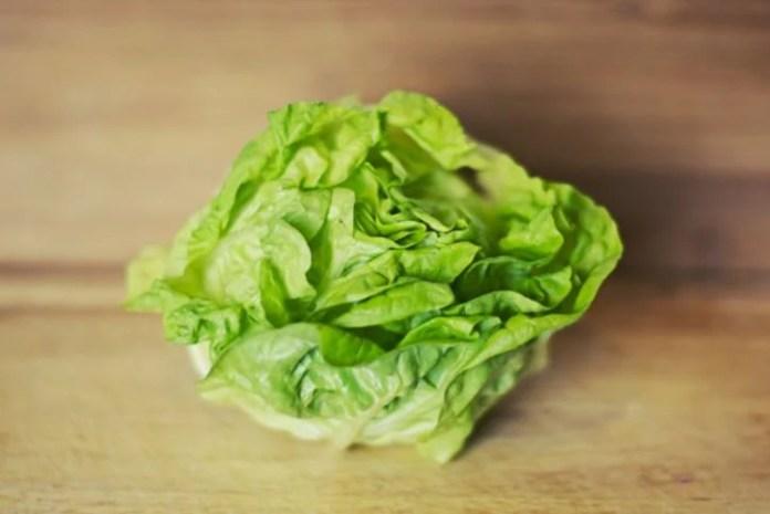 Comer solo ensalada es uno de los errores más comunes al hacer dieta.