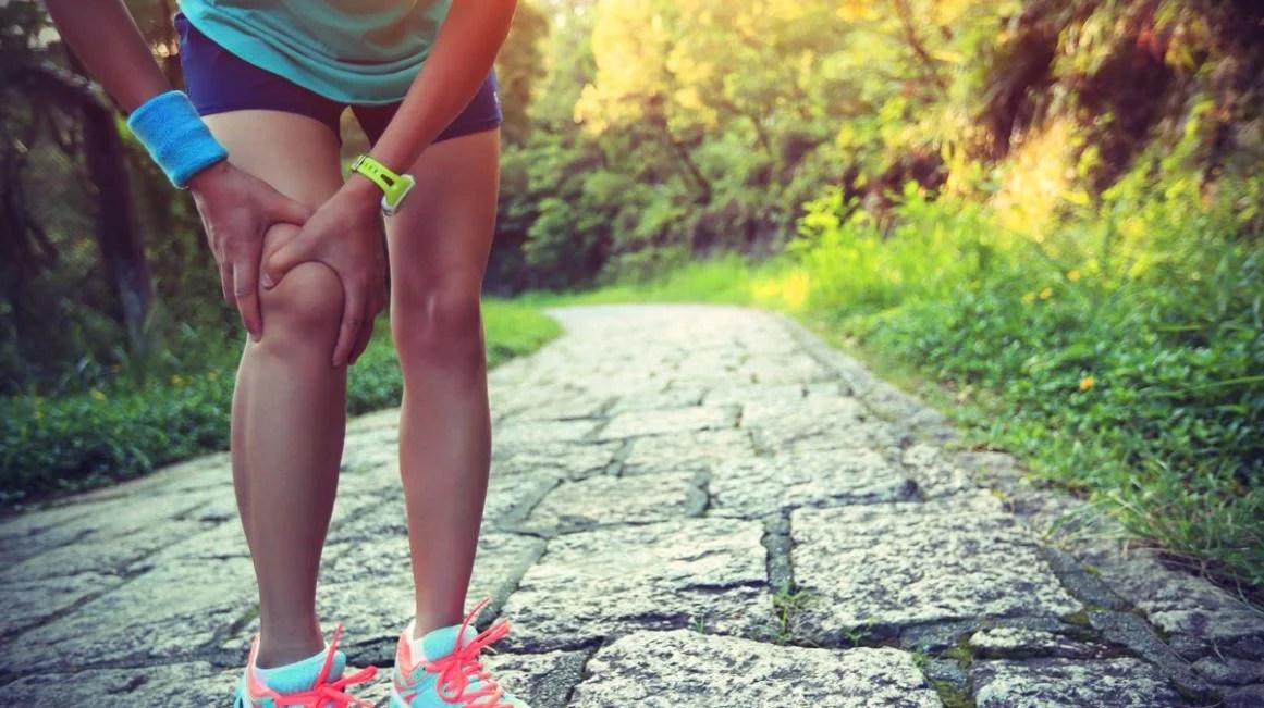 Chica con lesión en la pierna.