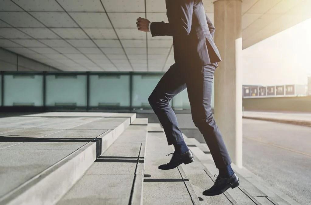 Ir por las escaleras para hacer deporte en el trabajo.