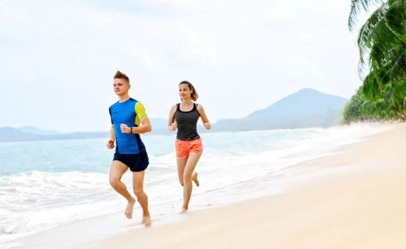 Correr por la playa.