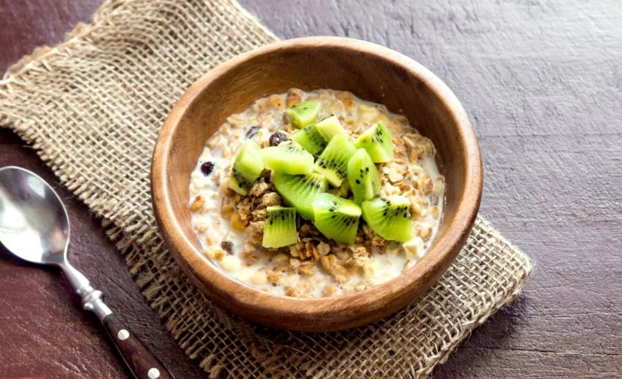 Desayuno de porridge con avena y kiwi.