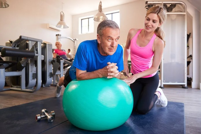 Los abdominales con fitball demandan un gran esfuerzo.