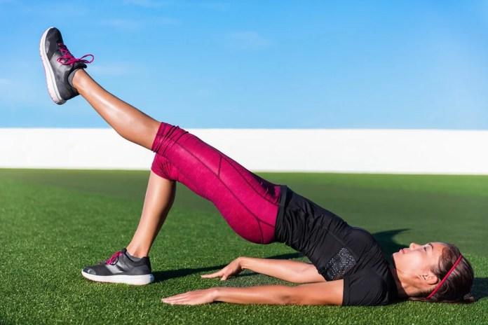 Entre los ejercicios de peso corporal para mujeres, el puente a una pierna es uno de los más exigentes.