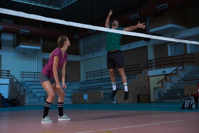 El salto vertical es una destreza útil para muchos deportes.