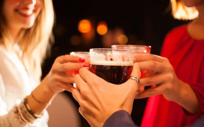 El consumo de alcohol debería limitarse para vivir unas fiestas saludables.