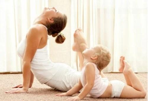 Resultado de imagen para mama hace yoga con su hijo