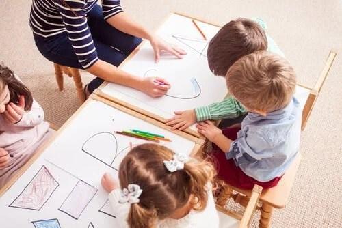 Niños trabajando para ayudarlos a mejorar en las diferentes formas de dificultades de aprendizaje que tienen.