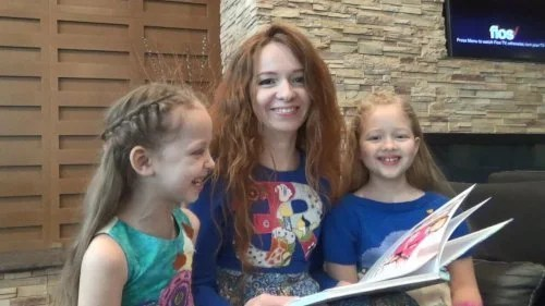 Mãe lendo com suas duas filhas para incutir uma boa educação literária.