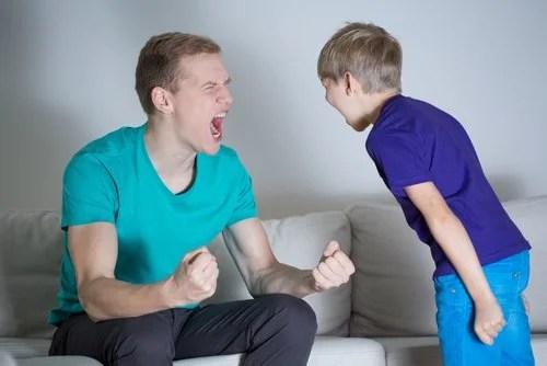 A menudo, los padres gritan y discuten a la par de sus hijos.
