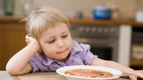 Niño con problemas de alimentación.
