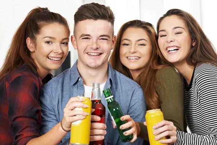 Si sospechas que tu hijo adolescente bebe alcohol, puedes basarte en algunas señales que pueden ayudarte a identificar su adicción.